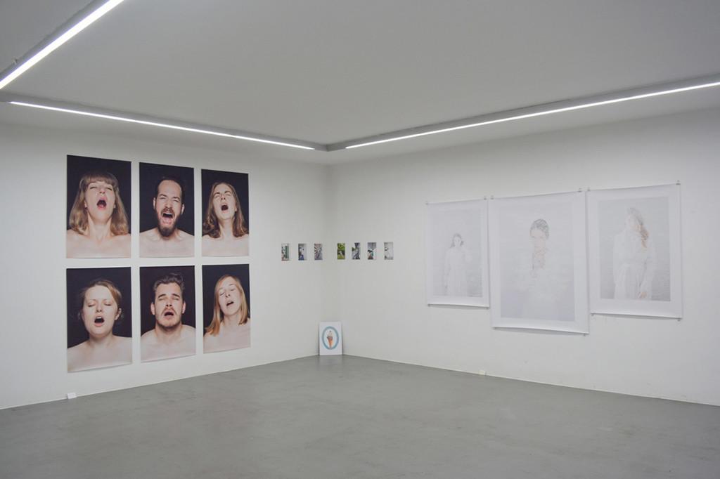 Ausstellungsansicht. Mit Sonja Thoms (Mitte unten) und Franziska Ostermann (rechts)
